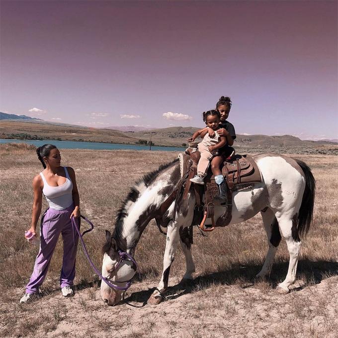 Hai cô con gái của Kim học cưỡi ngựa.