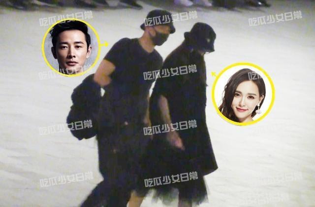 Đường Yên và chồng, diễn viên La Tấn về quê nhà đón trung thu từ đầu tháng 9. Gần đây, cặp đôi bị bắt gặp khi cùng cả nhà đi ăn uống. Nữ diễn viên mặc váy đen rộng thùng thình, để lộ bụng đã lớn. Một nguồn tin cho hay Đường Yên sinh con vào cuối năm nay.