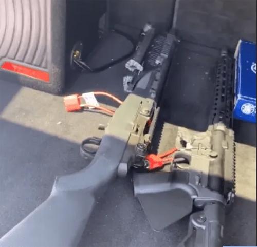 Aaron khoe mua 4 khẩu súng trên Instagram.