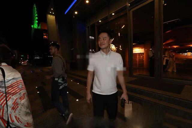 Cánh paparazzi Đài Loan ghi lại hình ảnh luật sư Trương Thừa Trung - chồng cũ Selina tới một nhà hàng tối 17/9. Anh có lịch hẹn với ba thành viên nhóm S.H.E. Selina mặc dù tham dự Tuần lễ Thời trang New York nhưng ngay sau đó cũng vội vã bay về Đài Loan để tham gia cuộc hẹn với chồng cũ, cho thấy cô rất tôn trọng mối quan hệ này, dù hai vợ chồng đã chia tay.