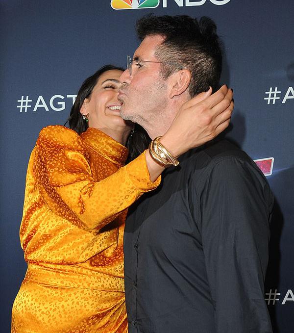 Giám khảo 59 tuổi cũng đáp lại bằng nụ hôn gió tình tứ.