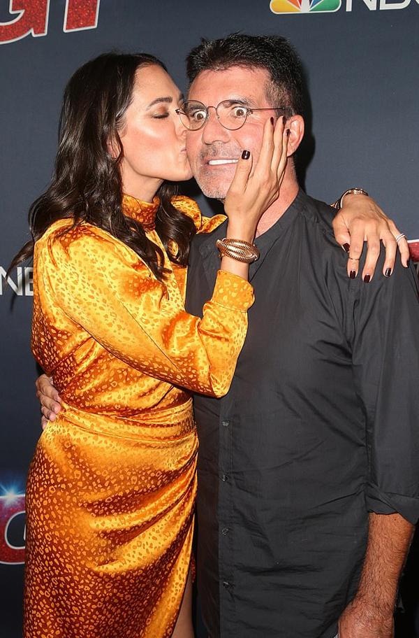 Lauren Silverman trao cho Simon nụ hôn thắm thiết.