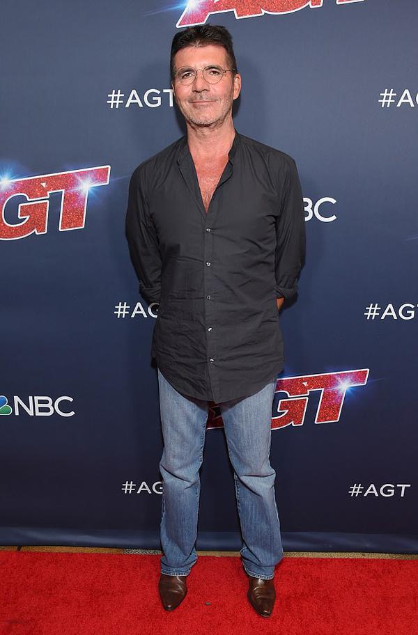 Simon Cowell tự tin khoe vóc dáng mảnh mai sau thời gian ăn kiêng. Anh tiết lộ đang cố gắng sống lành mạnh, ăn uống khoa học và không rượu, thuốc để cơ thể khỏe mạnh, nhẹ nhõm. Thời gian này, Simon cũng bận rộn đảm nhiệm vai trò giám khảo Got Talent ở cả Anh và Mỹ.