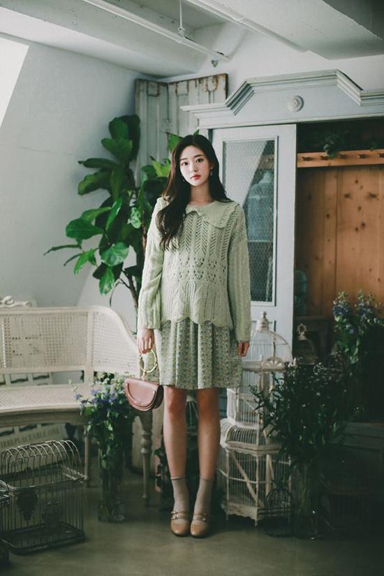 Áo len vặn thừng theo phong cách retro được mix cùng váy ngắn mùa hè để giúp phái đẹp có được set đồ hợp mốt mùa thu.