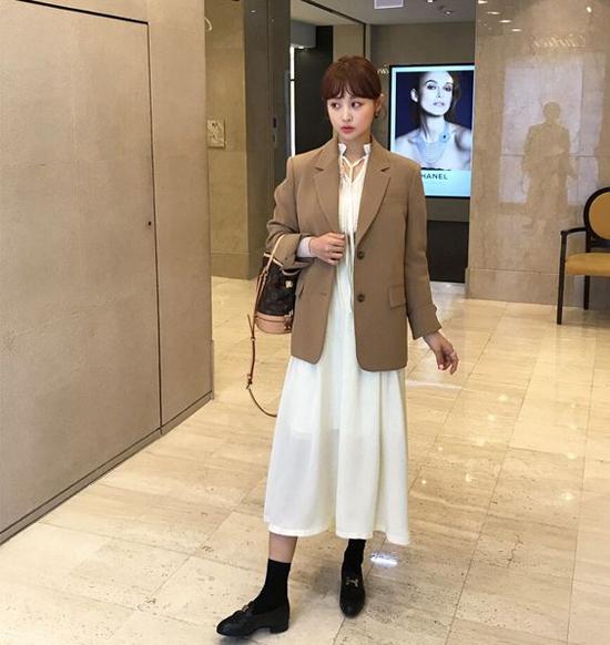 Những mẫu áo vest phom rộng còn dễ mix với váy liền thân, đầm dáng dài để người mặc ấn tượng hơn khi đi làm, đi dạo phố.