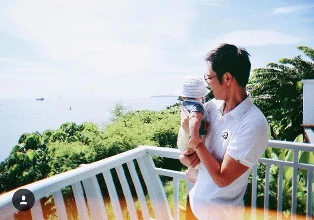 Tài tử Trịnh Gia Dĩnh chia sẻ ảnh bế con trai 7 tháng tuổi trên tay, đồng thời tiết lộ cả gia đình đang có kỳ nghỉ ở Phuket, Thái Lan. Mặc dù em bé Rafa mới vài tháng tuổi nhưng đã theo chân bố mẹ đi chơi được nhiều nơi.