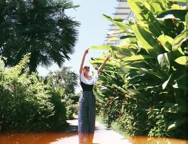 Bà xã của Gia Dĩnh cũng tranh thủ khoe ảnh trên trang cá nhân. Mặc dù chênh lệch tuổi tác khá lớn với Trịnh Gia Dĩnh nhưng Khải Lâm và chồng lại có chung sở thích đi du lịch, cặp sao thường xuyên đến những địa điểm mới để check in và tận hưởng.