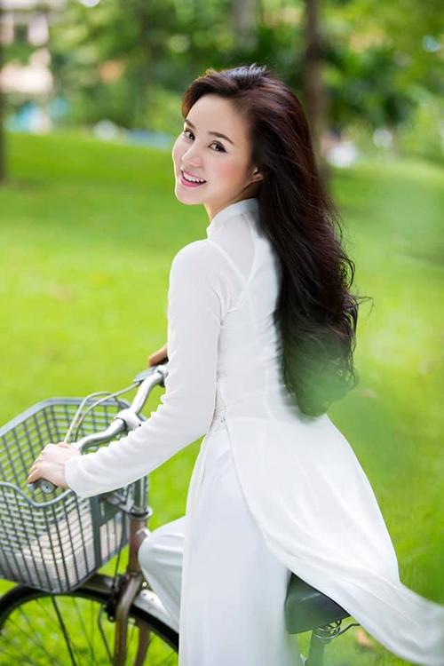 Ca sĩ Vy Oanh hóa nữ sinh trong tà áo dài trắng thướt tha.