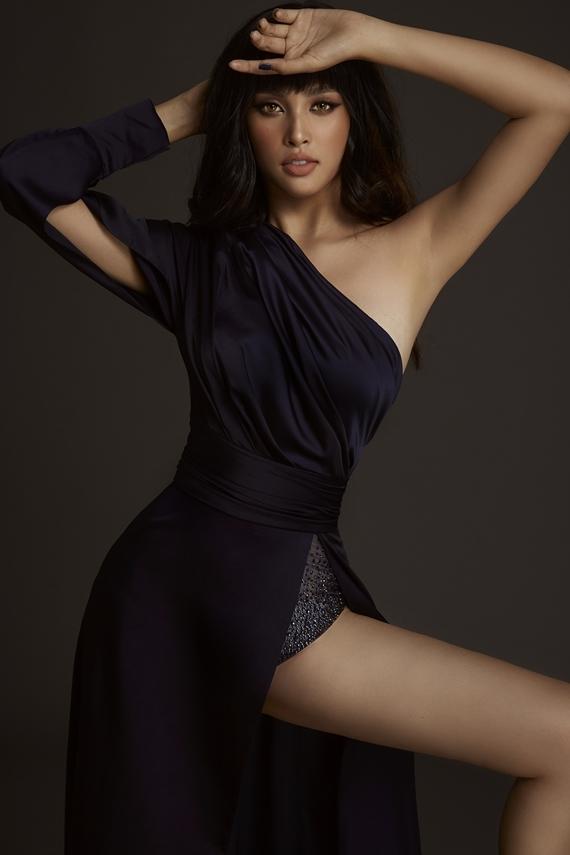 Tiểu Vy ngày càng gợi cảm sau một năm đăng quang. Hoa hậu phô diễn lợi thế hình thể trong trang phục cắt xẻ của nhà thiết kế Đỗ Long.