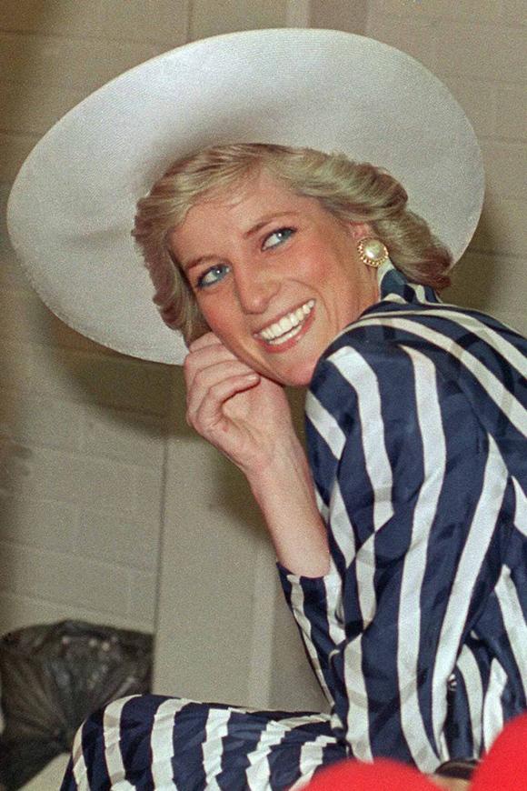 Luôn được coi là biểu tượng thời trang bất hủ của thế giới, Công nương Diana không đóng khung bản thân trong hình ảnh kín cổng cao tường, đúng chuẩn hoàng gia. Thay vào đó, bà chẳng ngại diện đồ gợi cảm với khoảng hở chừng mực hay thử nghiệm những lựa chọn phá cách. Đặc biệt, nhiều trang phục Diana từng mặc được đánh giá có sức hút vượt thời gian, hiện tại vẫn là nguồn cảm hứng để giới mộ điệu học hỏi.