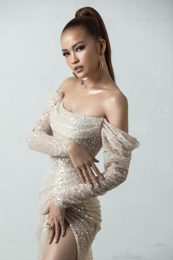 Ngọc Châu sinh năm 1994 tại Tây Ninh. Cô tốt nghiệp Đại học Tôn Đức Thắng, đoạt Quán quân Vietnams Next Top Model 2016. Chân dài có gương mặt khả ái, chiều cao 1,74m, số đo ba vòng 80-60-90.
