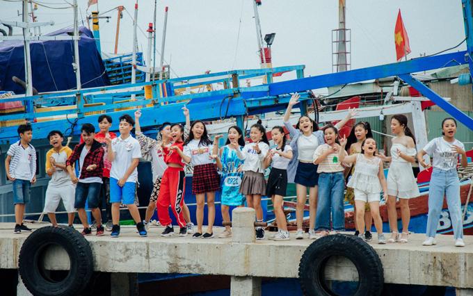 [Caption] Để ủng hộ bộ phim đang chiếu ở các rạp trên toàn quốc Anh thầy ngôi sao do bạn mình là Nguyễn Minh Chiến đóng và thể hiện nhạc phim, 15 ca sĩ nhí đã hát lại Bài ca tôm cá. Ca khúc vừa ra mắt gần đây nhưng nhận được nhiều sự ủng hộ của công chúng, đặc biệt là các bé thiếu nhi vì giai điệu vui tươi, khỏe khoắn, trẻ trung và ca từ đậm không khí miền biển. Đây là nhạc phim của bộ phim điện ảnh mới nhất của đạo diễn NSƯT Đỗ Đức Thịnh, do nhóm DTAP sáng tác. Nhóm đã kết hợp những câu hò kéo chài, kéo lưới truyền thống của ngư dân đưa vào bài hát. Bài ca tôm cá được thực hiện theo đơn đặt hàng độc quyền của đạo diễn.