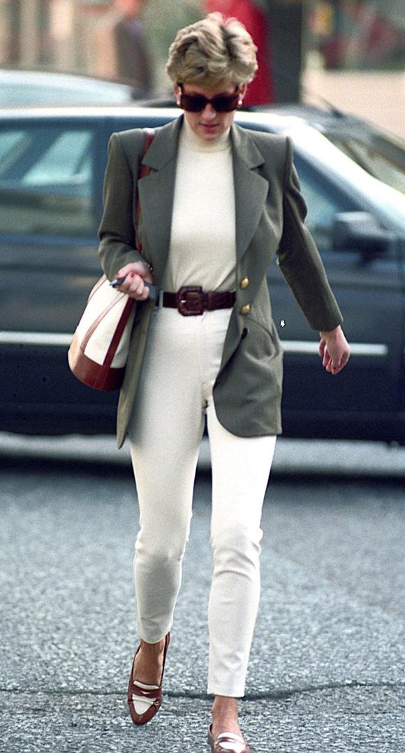 Phong cách dạo phố của Diana năm 1994 cũng được nhận xét năng động, thanh lịch, dễ áp dụng trên  mọi dáng người.