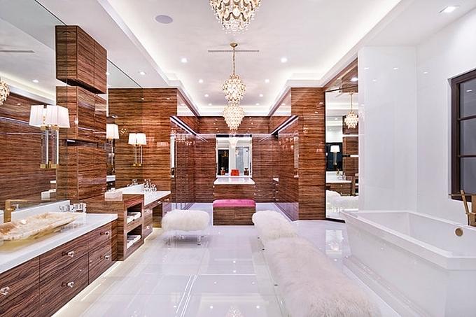 Khu vực phòng tắm được thiết kế lộng lẫy, góp phần thể hiện đẳng cấp của chủ nhân biệt thự.