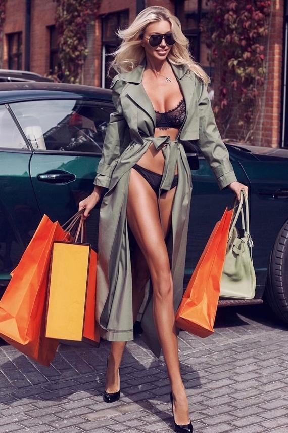 [Caption]Phong cách phối đồ của nữ hoàng nội y bị nghi bắt chước người mẫu Nga Dasha Belize. Trong hình ảnh đăng tải trên Instagram hôm 16/9, Dasha nổi bật giữa đường phố với đồ lót tông đen, áo choàng lụa, giày cao gót mũi nhọn và mẫu túi màu cam đặc trưng hiệu Hermes. Biểu cảm và cách tạo dáng của Ngọc Trinh cũng hao hao nữ người mẫu ngoại quốc.