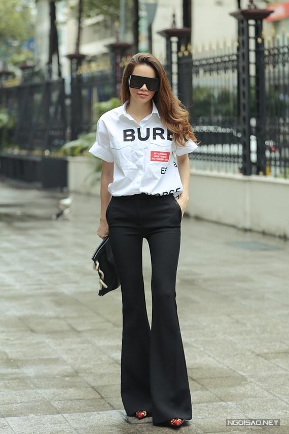 Nữ ca sĩ khoe phong cách cá tính với áo thun Burberry, quần ống loe Alexander McQueen.