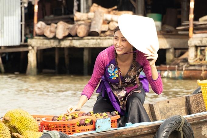 Siêu mẫu thử rao bán trái cây tại chợ nổi Cái Răng, Cần Thơ.