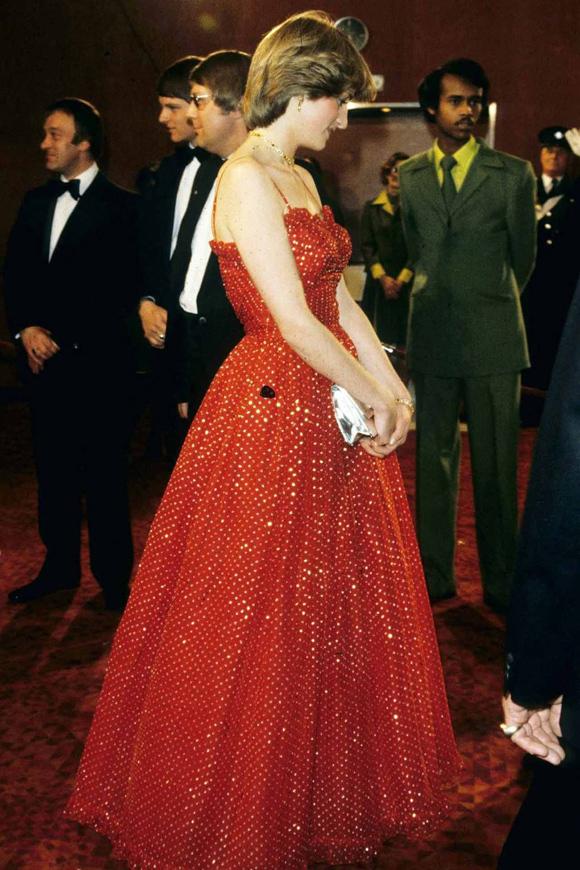 Bông hồng Anh quốc nổi bật khi tới xem buổi diễn ballet tại Royal Opera House ngày 8/12/1982. Sau đó 37 năm, mẫu đầm hai dây màu đỏ xòe rộng bồng bềnh của bà vẫn giữ nguyên giá trị thẩm mỹ và không hề lỗi mốt.