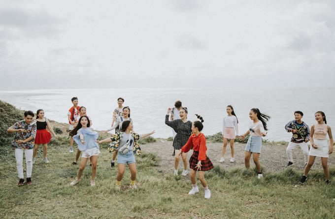 Các bé về Vũng Tàu, dậy từ 4h sáng để ra biển diễn xuất, ghi hình trọn một ngày. Trước đó, cả nhóm đã thu âm ca khúc và tập luyện vũ đạo kỹ lưỡng.