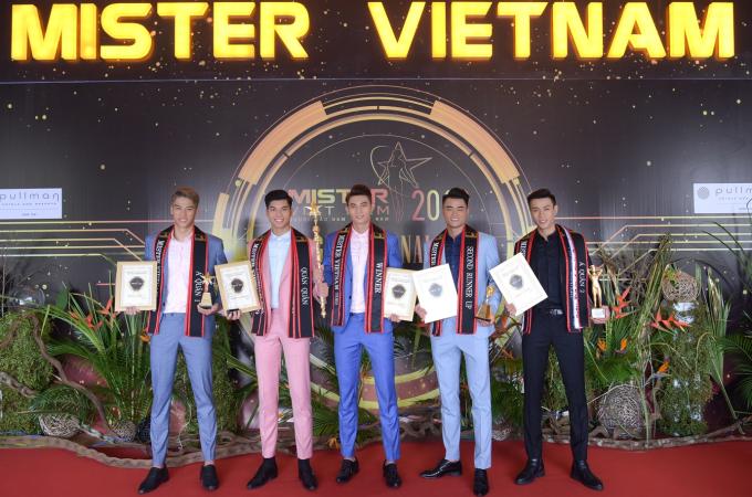Từ trái sang Á quân 1- Trần Quang Thắng, Quán quân - Phạm Đình Lĩnh, Quán Quân - Phạm Minh Quyền, Á Quân 2 lê Hữu Đạt, Á Quân 2 Nguyễn Hoài Nam