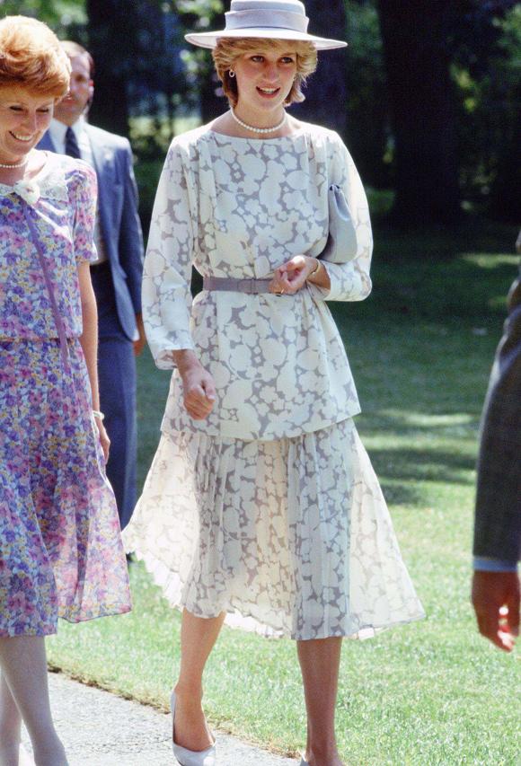 Diana được coi là phụ nữ hoàng gia Anh đầu tiên dám mặc đồ chất liệu mỏng nhẹ, có độ xuyên thấu vừa phải  dưới ánh nắng. Trong hình, bà diện set đồ Jasper Conran tại Ottawa ngày 14/6/1983.