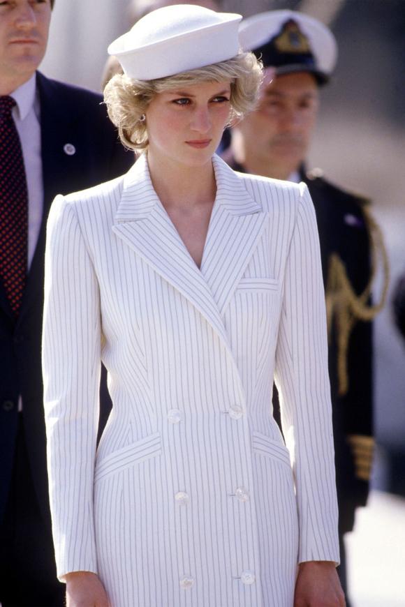 Chiếc váy dáng vest kẻ sọc theo chân Công nương xứ Wales đi công du ở Italy ngày 20/4/1985 dường như vẫn hiện hữu trong nhiều cửa hàng thời trang khắp thế giới vài năm nay.