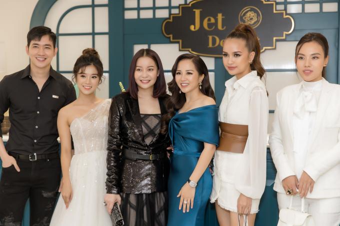 Từ trái qua: siêu mẫu Võ Cảnh, ca sĩ Hoàng Yến Chibi, Hoa hậu Hải Dương,Hoa hậu Ngọc Châuchúc mừng khai trương Jet Dentist của CEO Phượng Nguyễn.