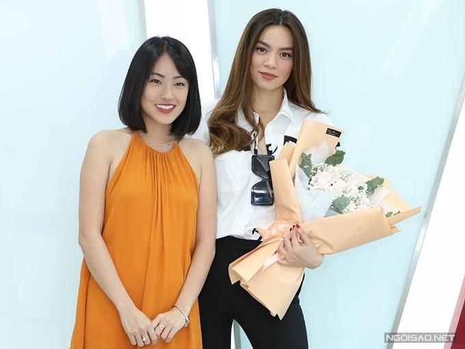 MC Misoa - đại diện êkíp - tặng hoa cho khách mời Hồ Ngọc Hà.