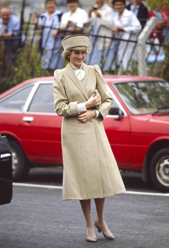 Sở hữu chiều cao vượt trội 1,78 m, bà mẹ hai con xuất hiện duyên dáng trong mẫu áo choàng dài màu camel khi tham dự sự kiện từ thiện ngày 16/10/1985. Suốt vài thập kỷ qua, xu hướng trench coat luôn lên ngôi mỗi mùa thu đông, được phái đẹp yêu thích nhờ vẻ thanh lịch và  dễ mix đồ.