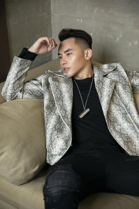 Mạnh Khang từng đoạt giải Bạc cuộc thi Siêu mẫu Việt Nam 2015. Bên cạnh hoạt động người mẫu, anh chuyển hướng làm MC cho nhiều kênh truyền hình. Mạnh Khang từng có 4 năm du học tại Đài Loan ngành Truyền thông đa phương tiện.