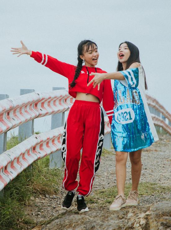 Bé Quỳnh Anh (trái) và Phương Trúc The Voice Kids 2018 diện trang phục nổi bật diễn hồn nhiên, thoải mái bên nhau.