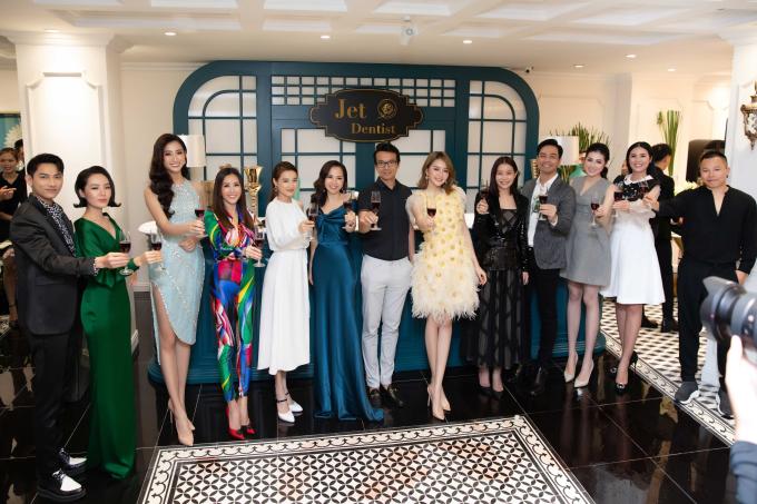 Nhiều nghệ sĩ nổi tiếng cũng tới chúc mừng lễ ra mắt cơ sở mới của CEO Phương Nguyễn. Các khách mời đánh giá caotrang thiết bị của Jet Dentist Le Lotus với không gian chăm sóc sang trọng, dịch vụ cao cấp.