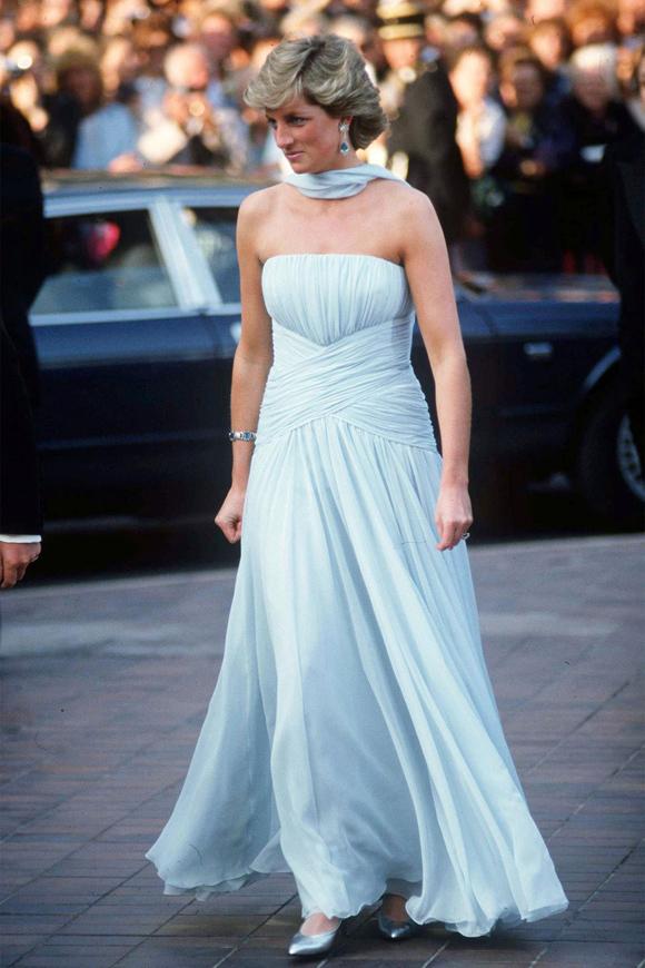 Thiết kế chiffon bay bổng màu xanh pastel ở Liên hoan phim Cannes 1987 giúp bà để lại những hình ảnh sống mãi với thời gian.