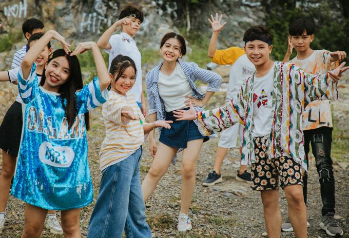 Bé Hà Mi (áo kẻ vàng) từng đóng phim Cô gái đến từ hôm qua.