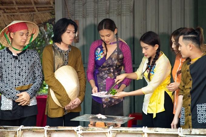 Võ Hoàng Yến và những người chơi vào bếp, tự tay chế biến những món ăn dân dã miền Tây như: cá lóc nướng, gỏi bông súng, chuột nướng...