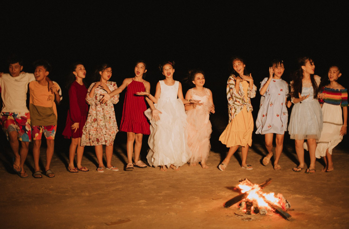 Các giọng ca nhí thích thú chơi quây quần bên đống lửa,cùng nhau ca hát, nhảy múa thể hiện tinh thần vui tươi, lạc quan vào cuộc sống.