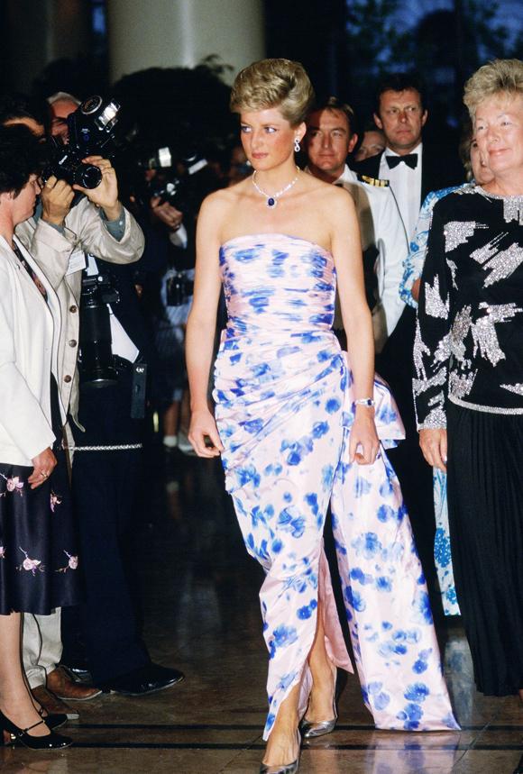 Kỹ thuật xếp nếp, tạo phom trên bộ đầm Catherine Walker mà  Diana diện trong chuyến công du Australia hồi tháng 1/1988 hiện vẫn được nhiều nhà mốt áp dụng.