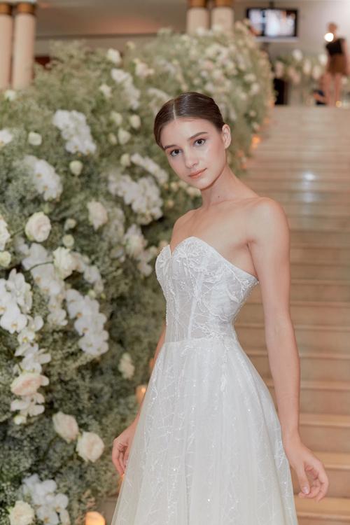 Váy cưới có phần thắt eo cao, cúp ngực trái tim và họa tiết đến từ ren Alencon.