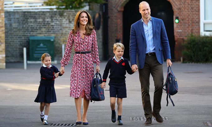Vợ chồng Kate đưa hai con đi khai giảng hôm 5/9. Ảnh: PA.