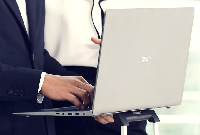 Laptop 17 inch siêu nhẹ giá 40 triệu đồng ở Việt Nam