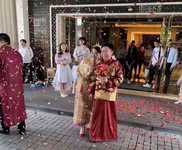 Các đám cưới nói chung là ngày vui để mọi người tụ họp và cùng nhau gửi lời chúc tốt đẹp đến cô dâu chú rể. Tuy nhiên, một đám cưới gần đây ở Trung Quốc đã trở thành tâm điểm chú ý khi những hình ảnh chụp trong hôn lễ được chia sẻ trên mạng xã hội nước này.Theo ET Today, cô dâu trẻ trung trông rất hạnh phúc khi khoác lên mình bộ trang phục cưới truyền thống và khoác tay chú rể.