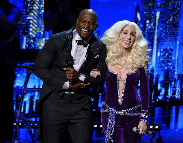 Vào tháng 5, Cher cũng gây ấn tượng mạnh mẽ khi trình diễn tại sự kiện thời trangMet Gala. Bàthể hiện các ca khúc Waterloo, Believervà
