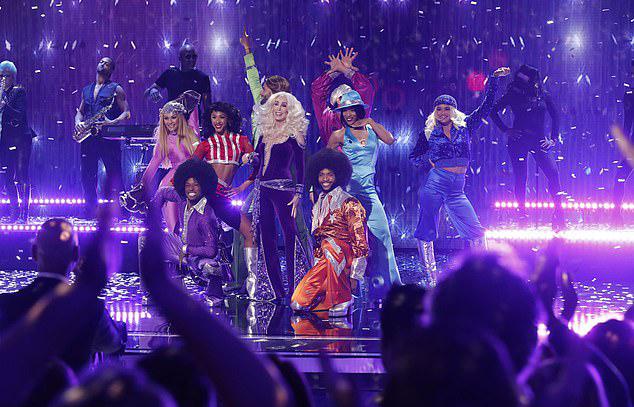 Các đồng nghiệp và khán giả tại nhà hát cũng không ngừng nhảy theo ngôi sao Mamma Miavà dàn vũ công.