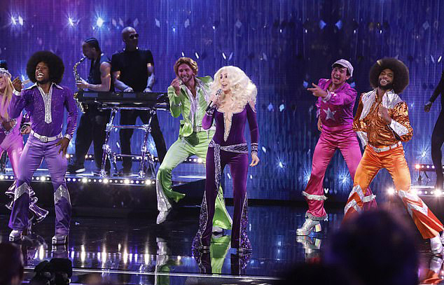 Ở tuổi 73, Cher vẫn sở hữu giọng hát quyến rũ, ngân vang hoàn hảo và phong thái trình diễn cuốn hút, tràn đầy năng lượng. Khán giả truyền hình khi xem xong tiết mục của Cher đã hết lời khen ngợi nữ ca sĩ trên mạng xã hội:Cher không thể tuyệt vời hơn, Lạy Chúa, tôi muốn xem Cher hát thêm nữa. Đôi chân của tôi vẫn đang nhún nhảy trên sàn. Bộ jumpsuit này khiến Cher trẻ đẹp như hồi thập niên 70....