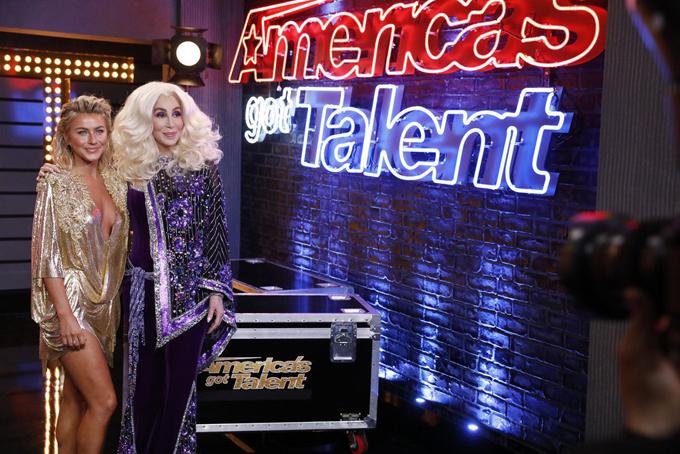 Cher khoác chiếc khăn đính kim sa, chụp ảnh kỷ niệmcùng nữ giám khảoAmerica's Got TalentJulianne Hough.