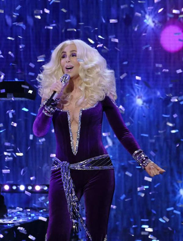 Cher là nghệ sĩ khách mời trình diễn trong chung kết Tìm kiếm tài năng âm nhạc Mỹ tại nhà hát ở Los Angelescùng nhiều ngôi sao khác nhưMacklemore, Leona Lewis vàBilly Ray Cyrus... Bà thể hiện ca khúc nổi tiếng Waterloo của ban nhạc ABBA.