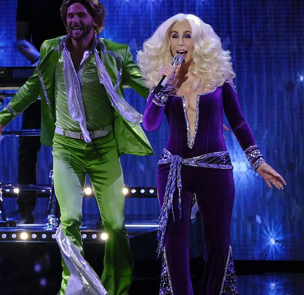 Diva Mỹ đưa người xem trở về thập niên 1970 với giai điệu bất hủ một thời và trang phục ống xòe kiểu cổ điển. Bà mặc bộ jumpsuit xẻ sâu để lộ thân hình trẻ trung, săn chắc.