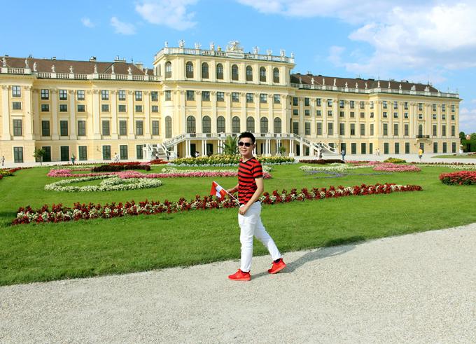 [Caption]Hình 10:   Lâu đài Schönbrunn nằm ngay trong khuôn viên thành phố Vienna với diện tích rộng 176 ha. Nơi đây có những khu vườn rộng lớn, những hàng cây xanh đã được cắt tỉa vô cùng công phu. Đây cũng chính là nơi nghỉ dưỡng vào mùa hè của Hoàng gia Áo. Vào năm 1996, tòa lâu đài Schönbrunn đã được UNESCO công nhận là di sản văn hóa của thế giới.