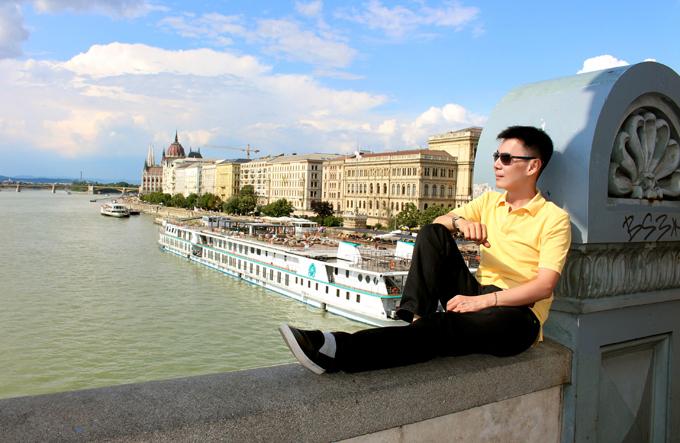 [Caption] - Đoan Trường từ chối đi du thuyền trên sông Danube tại thủ đô Budapest của Hungary vì bị ám ảnh vụ lật thuyền gần 2 tháng trước.  -