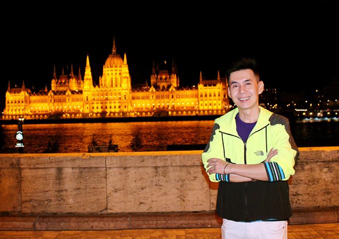 [Caption] Hình 4,5:  Mặt tiền tòa nhà Quốc hội Hungary - một trong những tòa nhà lập pháp cổ kính nhất châu Âu được xây dựng trong khoảng thời gian từ 1884 đến 1902, phỏng theo nguyên bản tòa nhà Quốc hội ở London. Tòa nhà này mang kiến trúc Gothic, mặt tiền soi bóng xuống dòng Danube. Nội thất bên trong được trang trí cầu kỳ với hơn 40 kg vàng được khảm ở nhiều nơi.  Toà nhà Quốc hội thì quá nổi tiếng bởi sự nguy nga và bề thế của nó, đặc biệt khi tòa nhà này lên đèn vào buổi tối, vừa giống như một cung điện mà cũng vừa như một pháo đài bất khả xâm phạm. Với sự bề thế, uy nghi về tổng thể và tinh tế, kiêu sa trong từng chi tiết nhỏ, tòa nhà Quốc hội Hungary – Di sản Văn hóa Thế giới UNESCO đã vượt quá khuôn khổ thông thường của một trung tâm hành chính và chính trị, để trở thành biểu tượng vinh quang của dân tộc Hungary.